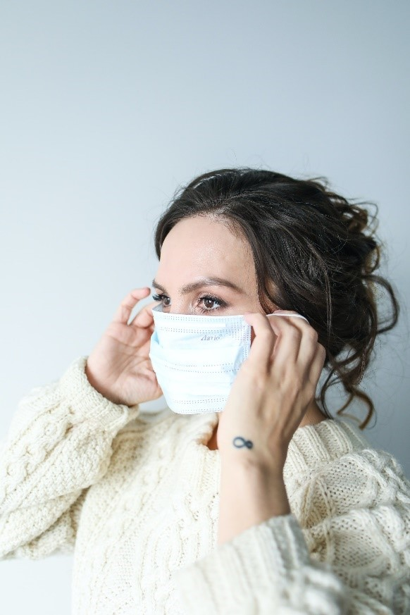 woman feeling anxious while wearing a face mask. This image is here to illustrate the topic of this blog.